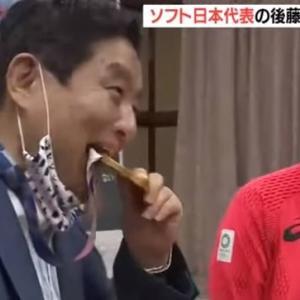 【悲報】名古屋市・河村市長、女子ソフト選手の金メダルをいきなりかじり出す…