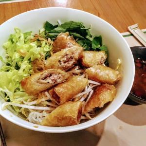 具沢山のベトナム料理「ブン・ティット・ヌン| Bún thịt nướng」