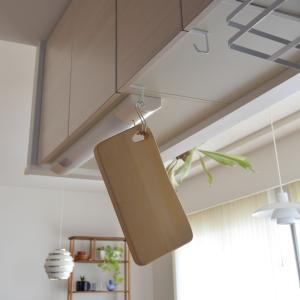 まな板の乾かし方と収納◇tower シンプルなハンガーで吊戸棚下の活用