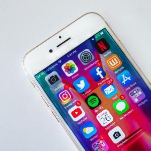 【格安sim】私が楽天モバイルを選んだ理由。他社で分割払い中のiPhoneSE(第二世代)にて契約。メリット・デメリットを解説【1年無料は大きい!】
