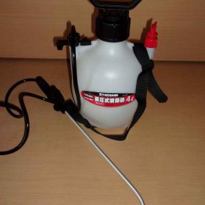 尿素、液肥(ハイポニカ)、竹酢液、ニガリ、吉野ひのきの精油の混合液を葉面散布(第2回目/3回)