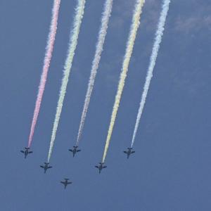 ブルーインパルス、東京オリンピックの上空に舞う