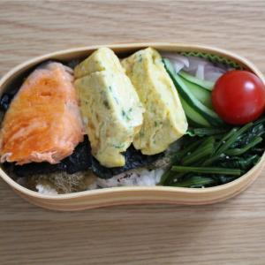 焼き鮭とチーズ入りオムレツ弁当