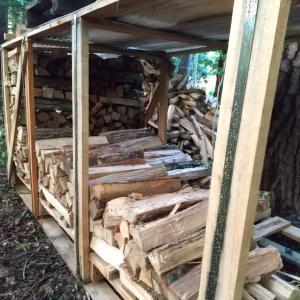 廃パレットに薪を積む 薪の乾燥・保管のアイデア