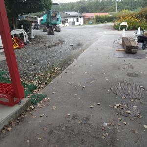 水はけの悪い駐車場に穴あきパイプをいれて排水させる
