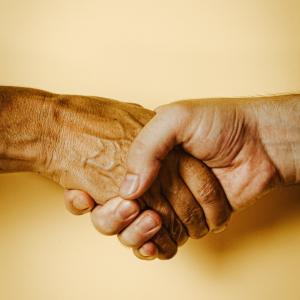 入所者や家族から信頼を得られる最も効果的な方法