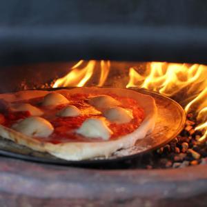 チムニー・ピザ窯の使い方と半年間使い続けた感想に基づくレビュー。本格的な絶品ピザをおうちの裏庭で!