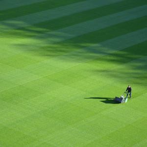庭の芝生の手入れは大変!人工芝なら一年中BBQ日より