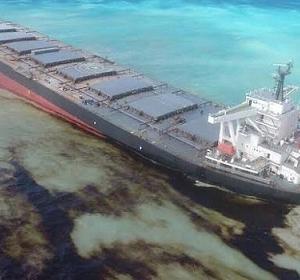 パナマ船 モ-リシャス座礁、油漏れ事故