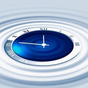 米露、タイムトラベル実験を開始、100億分の1秒だけ時間逆行、過去世界に電子を送り込む