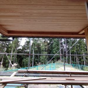 掃き出し窓から覗く、ウッドデッキの天井。