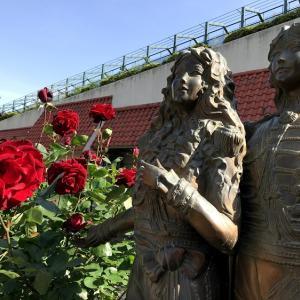 ヅカファンへ届け!ベルばら像の薔薇が見頃