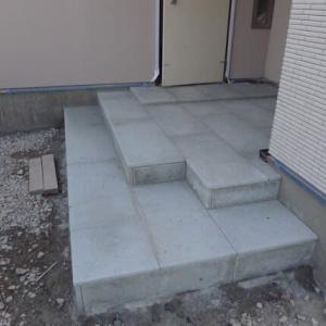 玄関ポーチ・玄関の石張り