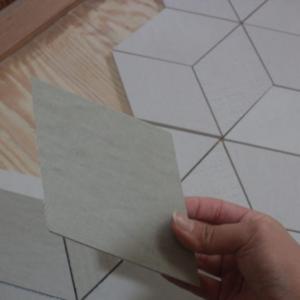「DIY!トイレの床にタイルを貼ってみよう!」