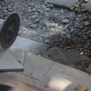 「DIY:タイルをグラインダーでカットする!悲劇の引き金。」