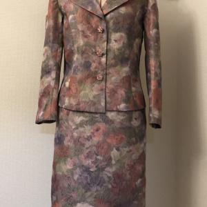 良ーく見るとばら柄の生地のスーツ。