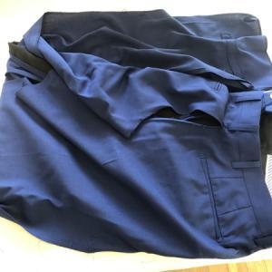 メンズスーツのツーパンツの一つを解いてベストを作成