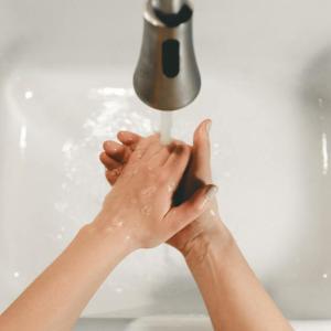 コロナウイルス感染対策として「おててポン」!子どもはもちろん大人にもオススメです。