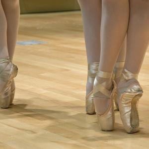 「Keep you on your toes」の意味と使い方|つま先立ちする?