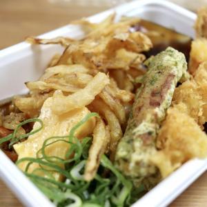 【食べてみた】丸亀製麺「うどん弁当」ワンコイン未満の490円、コシのあるうどんに天ぷら3種で大満足のテイクアウト
