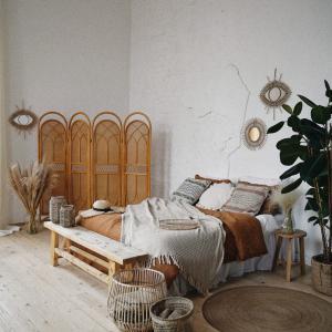ベッドサイド壁脇のデッドスペースにほこりがたまる!本棚を置くのはNG?
