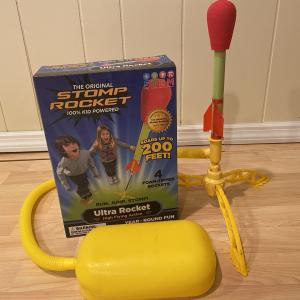 最大飛距離は60メートル?!簡単なのによく飛ぶ!子供が飛ばせるStomp Rocket(ストンプロケット)