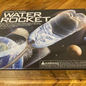 水と空気で飛ばそう!ペットボトルのウォーターロケット