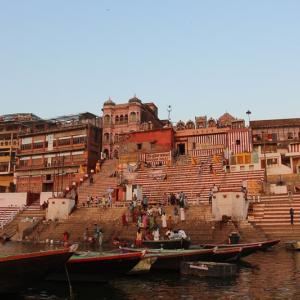 インドの聖地バラナシのガンジス川での朝日と沐浴は最高の体験!
