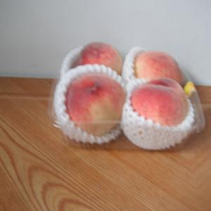 やはり生は美味しい。桃が4個で429.84円(税抜き398円)なら貧乏でもやっと買える!