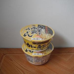 カップのカレーうどんが大放出されていた。58円(税抜き50円)は捨て値だが季節外れは了承!