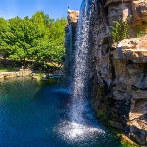 <豪邸検索♪>滝が流れる邸宅