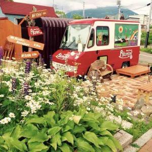 ウッドデッキと花壇がオシャレなPikinini:ニセコ花めぐり旅