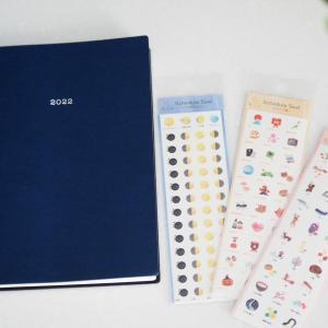 手帳の下ごしらえ2022、月と季節のシールを貼りました