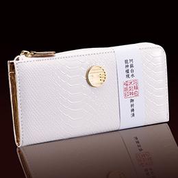 白蛇の長財布で金財運のご利益を。