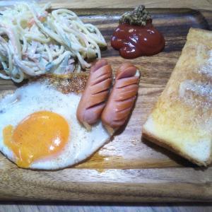 トーストと目玉焼きの朝食