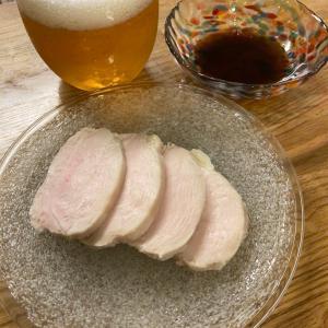 しっとりとした鶏ハムを味わう【塩麴で簡単すぎる鶏ハム】。