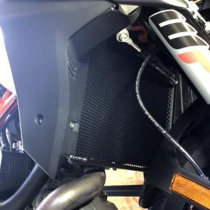 KTM『スーパーデュークGT』にラジエターガード取り付け