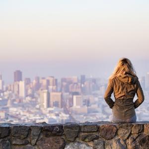 【働き方】旅しながら働くノマドワーカーとは?メリット・デメリット
