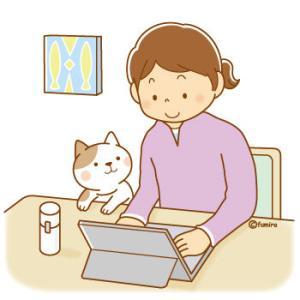 【クリップアート】パソコンを操作する女性のイラスト
