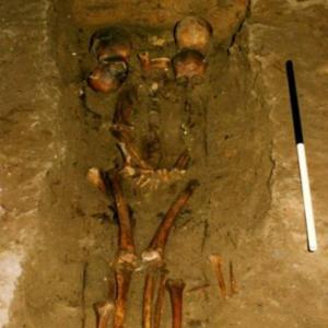 スコットランドで発掘された二つの体に6つの頭部を持つ人骨。その真相は