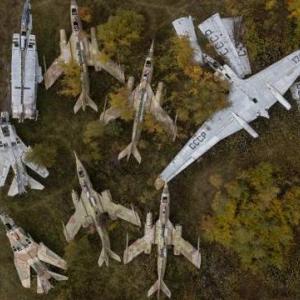 大量に放棄された旧ソ連時代の戦闘機達の切ない画像。ボロボロに錆びついたMiG-23の姿も