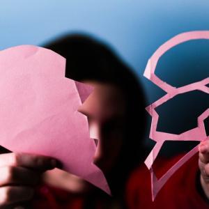愛着障害「不安型」の恋愛はうまくいかない?恋多き不安型愛着スタイルと嫉妬・束縛・破綻