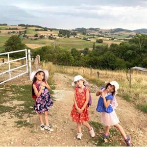 7人子どもの中の双子、大笑いの音読宿題