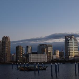 東京の夕暮れ 川と海