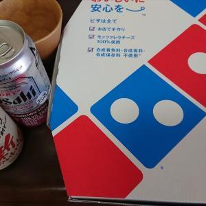 お昼はデリバリーのピザで乾杯☆