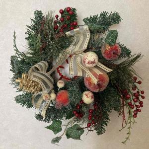 今日から12月 クリスマスリース飾りました。