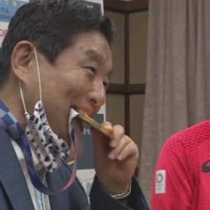 【画像】河村たかしの評判が更に悪化:金メダルに噛みつき炎上!