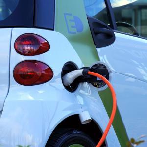 これから車を購入するなら電気?【電気自動車のメリット・デメリット】