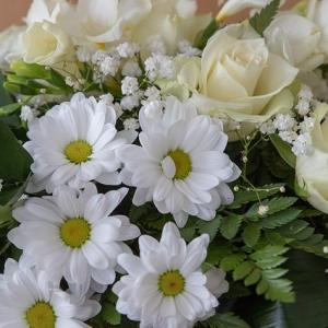葬儀へのお供え物の贈り方【供花・供物の種類も解説】