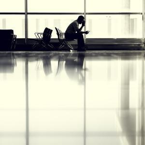 コロナを恐れて3か月間空港で暮らす as a condition of bail